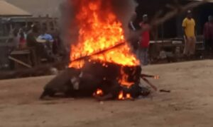 Bamenda: Angry Mob Burn Thieves to Ashes.